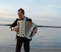 Harmonikkataiteilija Antti Purola soittaa viihteen ja jazzin helmiä.