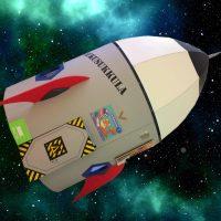 Sastamalan pääkirjaston lukuraketti lentää avaruudessa.