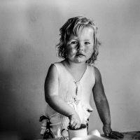 Lapsi katsoo kameraan mustavalkoisessa valokuvassa.