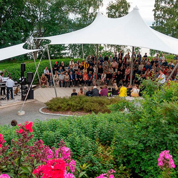 Seurakunnan yhteislauluilta amfiteatterissa