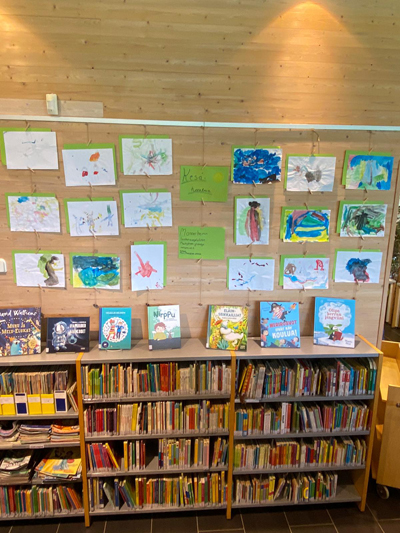 Lasten kesäaiheisia maalauksia Mouhijärven kirjastossa